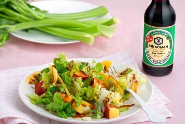 Zelena salata s mangom i nektarinama uz Kikkoman soja umak s manje soli.